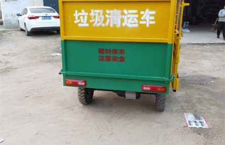 骑着清运车去城区收集垃圾